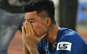 """Cầu thủ Quảng Nam bật khóc, gục ngã khi phải rời giải đấu """"xịn"""" nhất Việt Nam"""