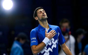 """Djokovic thắng trận """"sinh tử"""", lần thứ 9 vào bán kết ATP Finals"""