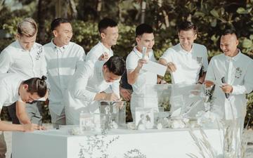 """Khoảnh khắc """"đắt giá"""": Hội tuyển thủ bỏ phong bì mừng cưới Công Phượng - Viên Minh"""