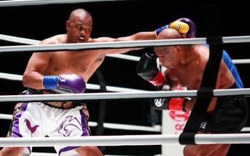 """Cộng đồng boxing phẫn nộ, tố Mike Tyson đã bị """"cướp"""" chiến thắng trong trận đấu với Roy Jones"""