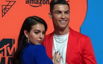 Ronaldo hạnh phúc đăng ảnh gia đình sau khi tỏa sáng rực rỡ trên sân cỏ, bạn gái cũng nhanh chóng có động thái thể hiện sự yêu thương
