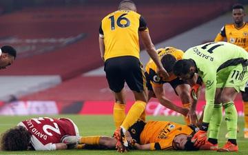 Tiền đạo Wolves bất tỉnh sau pha va chạm kinh hoàng với cầu thủ Arsenal