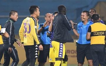 Ban lãnh đạo và cầu thủ dự bị của CLB Hà Nội lao vào sân vây trọng tài ngay khi hiệp 1 kết thúc