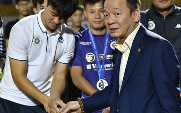 """Bầu Hiển """"xin"""" cho phụ huynh cầu thủ xuống sân, động viên tập thể Hà Nội FC: """"Các con đã vô địch"""""""