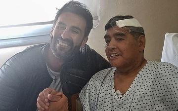 Bạn trai của tình cũ Maradona tiết lộ sốc: Diego phải ở nhà tồi tàn, không có phòng tắm, bị ngã trước khi mất mà không ai đưa đi chụp chiếu