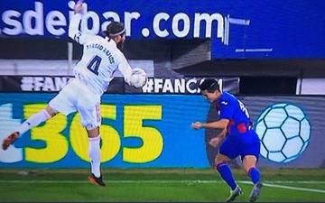 HLV Eibar phẫn nộ sau khi VAR bỏ qua quả phạt đền của Real Madrid