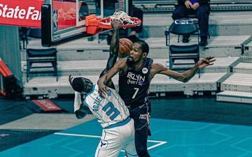 Kevin Durant bị úp rổ trước mặt trong ngày Brooklyn Nets nhận trận thua đầu tiên tại NBA 20/21