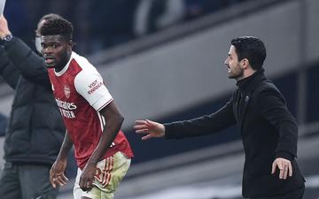 Cầu thủ đau đớn xin thay người, HLV Arsenal tức giận đẩy trở lại sân