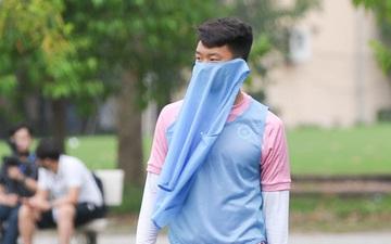 Thành Chung bịt kín mặt, hóa trọng tài biên bất đắc dĩ trong buổi tập chiều 25/3 của Hà Nội FC