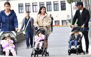 """Bạn gái của Ronaldo hứng chỉ trích vì cho các con ra đường """"hóng gió"""", không đeo khẩu trang giữa mùa dịch Covid-19"""