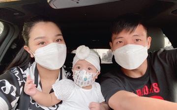 Được bố mẹ dẫn đi tiêm, con gái trung vệ Bùi Tiến Dũng thả tim cực đáng yêu