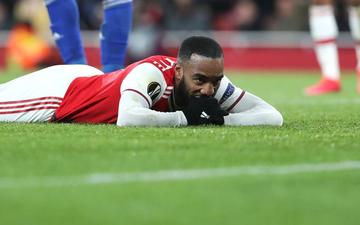 """Sao Arsenal """"lên thớt"""" vì đặt niềm tin nhầm hội bạn, nghi bị người quen đâm sau lưng"""