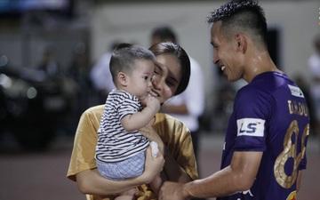 Khoảnh khắc ấm áp: Mộc Trinh cùng con trai kiên nhẫn chờ, Hùng Dũng nở nụ cười xua tan buồn phiền khi gặp gia đình nhỏ
