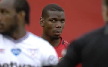 """Tình huống Pogba dùng tay cản bóng vì sợ đau: Cầu thủ đắt giá nhất MU ném """"ánh mắt hình viên đạn"""" về phía đối thủ sau khi bị chọc quê"""