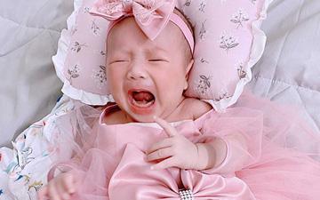 Chưa đầy tháng, con gái nhà Phan Văn Đức đã có cả bộ sưu tập váy áo màu hồng.