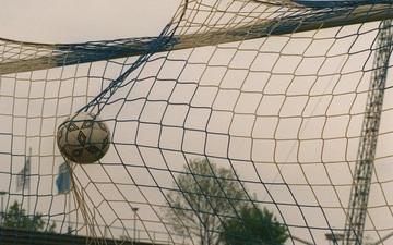 Vừa đá vừa sợ bị lây Covid-19, đội bóng để thua với cách biệt khó tin