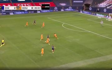 VIDEO: Siêu phẩm solo từ sân nhà qua 3 cầu thủ đối phương trước khi ghi bàn