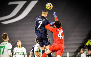Ronaldo lại thách thức trọng lực, chấp luôn đôi tay thủ môn đối phương