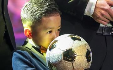 Con trai Văn Quyết ôm khư khư Quả bóng vàng, hành động đáng yêu trên sân khấu khiến khán giả cười vang