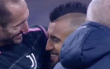 Arturo Vidal bị bắt quả tang hôn lên logo địch thủ số 1 của Inter Milan
