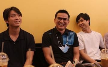 HLV Kiatisuk vui vẻ đến ủng hộ quán cà phê của học trò, được thưởng thức đồ uống do Công Phượng trực tiếp pha chế