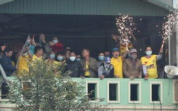 V.League cấm khán giả vì Covid-19, CĐV Thanh Hoá vẫn tụ tập trên nhà dân sát sân cùng xem trận gặp Nam Định FC