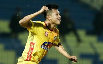 Cựu tuyển thủ U23 Việt Nam ghi bàn như Ronaldo trên mặt sân xấu tại V.League