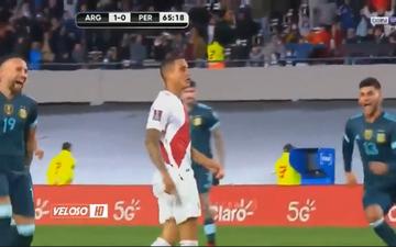 2 cầu thủ Argentina lao vào chọc quê đối phương vì đá hỏng penalty