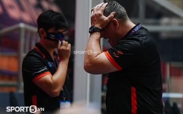 HLV Kevin Yurkus tức giận gào thét, ôm đầu thất vọng trong trận thua thứ 3 của tuyển bóng rổ Việt Nam