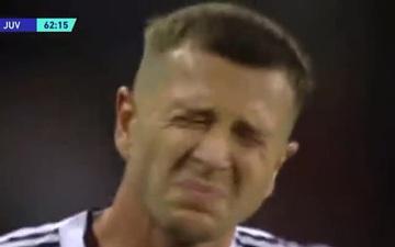 Nhà vô địch Euro 2020 nhăn nhó vì bị HLV trưởng Juventus đá vào mông