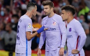 Bị đối thủ lùa như lùa vịt và ghi bàn, hai công thần Barca cãi nhau nảy lửa ngay trên sân