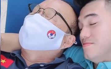 Tiến Linh ôm thầy Park nằm phơi nắng, Đức Chinh cùng Xuân Trường tấu hài