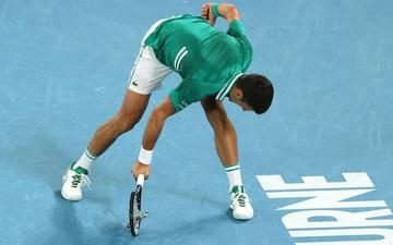 Novak Djokovic điên cuồng đập vợt trong trận thắng Zverev