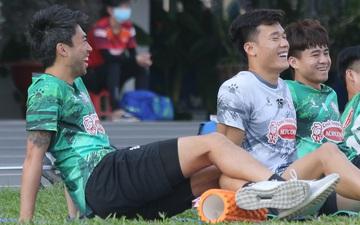 Bùi Tiến Dũng, Lee Nguyễn tươi cười dù chấn thương trong ngày tập đối kháng đầu tiên
