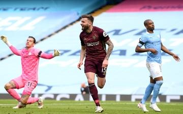 Man City thua sốc trên sân nhà trước 10 người của Leeds