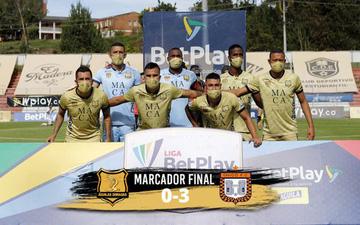 Đội bóng Colombia ra sân với 7 người, phải giao thủ môn đá trung vệ và cái kết thê thảm