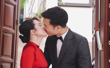 """Ảnh """"xịn"""" của Xuân Trường và Nhuệ Giang trong lễ ăn hỏi: Cô dâu chú rể hôn nhau đầy tình cảm"""
