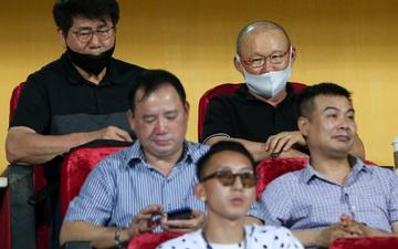 HLV Park Hang-seo có hành động lạ với Nghiêm Xuân Tú trên khán đài sân Hàng Đẫy