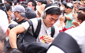 Xuân Trường, Công Phượng vất vả vì bị CĐV vây kín khi đến sân trước trận HAGL gặp Hà Nội FC
