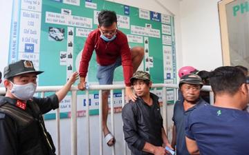 Nhảy rào tháo chạy vì sợ bị cướp vé xem HAGL - Hà Nội FC