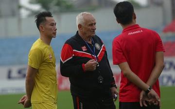 Hai tuyển thủ Việt Nam được HLV Petrovic trao đổi kín