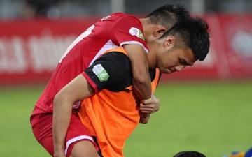 """Thủ môn U23 """"đảm đang"""" cõng đồng đội chấn thương rời sân, Hải Phòng FC thắng CLB Bình Phước đầy cảm xúc ở Cúp Quốc gia"""