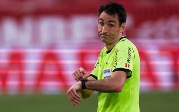 Cầu thủ cởi đồ rồi lại phải vào sân đá tiếp vì trọng tài nhầm thời gian