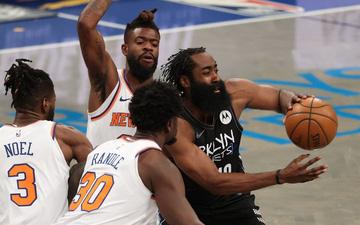 """Kyrie Irving """"gánh team"""" với 40 điểm, nhưng chấn thương của James Harden sẽ khiến Brooklyn Nets phải đau đầu"""