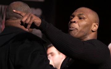 Câu chuyện đằng sau giây phút Mike Tyson mất bình tĩnh, cắn tím đùi Lennox Lewis