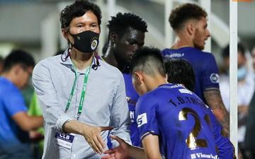 HLV Hà Nội FC trao đổi riêng với trợ lý HLV Park Hang-seo sau trận thắng đầu tiên