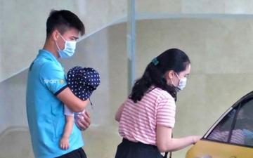 Quỳnh Anh đưa con trai đến tạm biệt Duy Mạnh trước giờ đội tuyển sang UAE