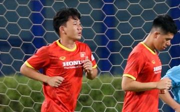 Minh Vương bị bác sĩ Hàn Quốc nhắc nhở vì không chịu rời xa trái bóng