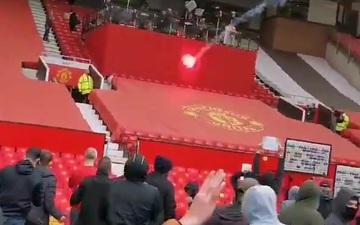 Fan MU ném pháo sáng vào cabin bình luận viên, va chạm bạo lực với cảnh sát