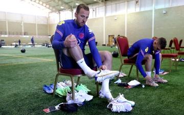 Harry Kane khoe giày mới kỷ niệm danh hiệu Vua phá lưới Ngoại hạng Anh